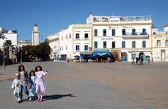 Enfants dans une place dans Essaouira photographie stock libre de droits