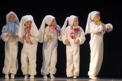 Enfants dansant dans des costumes de lapin Photographie stock