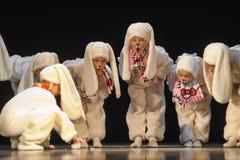 Enfants dansant dans des costumes de lapin Photo stock