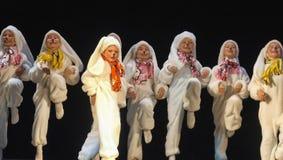 Enfants dansant dans des costumes de lapin Photos stock