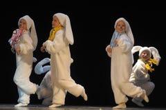 Enfants dansant dans des costumes de lapin Images libres de droits