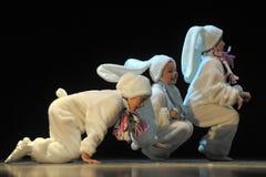 Enfants dansant dans des costumes de lapin Photo libre de droits
