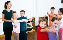 Enfants dansant la danse de paires images libres de droits