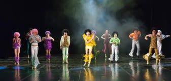 Enfants dansant sur l'étape Photo stock