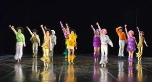 Enfants dansant sur l'étape Photos libres de droits