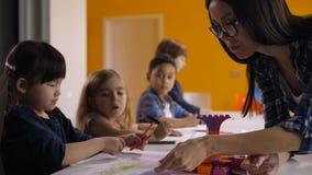 Enfants de aide d'institutrice gardienne à la classe d'art clips vidéos