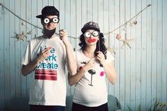 Enfants de attente de couples drôles Images libres de droits