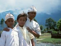 Enfants de Balinese au temple de Pura Ulun Danu Beratan Lake Photos libres de droits