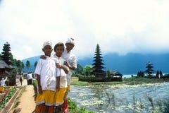 Enfants de Balinese au temple de Pura Ulun Danu Beratan Lake Photographie stock