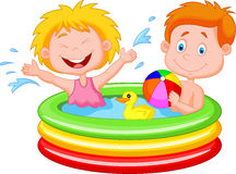 Enfants de bande dessinée jouant dans une piscine gonflable Image stock