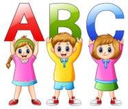 Enfants de bande dessinée montrant des alphabets Photographie stock libre de droits