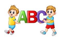 Enfants de bande dessinée tenant des alphabets Photo stock