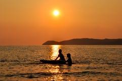 Enfants de côté de mer Photographie stock