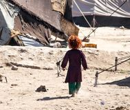 Enfants de camp de réfugié de l'Afghanistan dans le nord-ouest pendant la saison de combat moyenne image stock