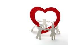 Enfants de coupure de papier avec le coeur rouge Photo stock