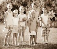 enfants de ¿ d'ï» se tenant en parc Photo stock