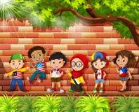 Enfants de différents pays se tenant sous l'arbre illustration de vecteur