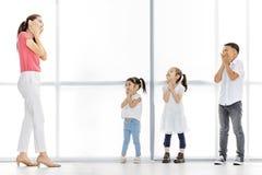 Enfants de enseignement de professeur féminin dans la classe d'action image stock