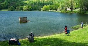 Enfants de Fishing With His de père Images stock