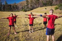Enfants de formation d'entraîneur dans le camp de botte images stock