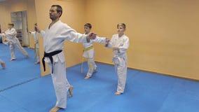 Enfants de formation d'instructeur d'arts martiaux Aikido banque de vidéos