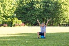 Enfants de garçon jouant la boule Image stock