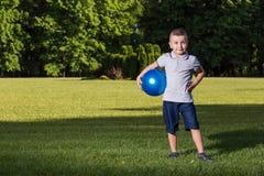 Enfants de garçon jouant la boule Photo libre de droits