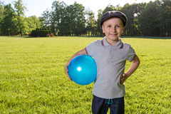Enfants de garçon jouant la boule Photographie stock libre de droits