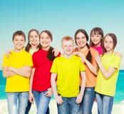 Enfants de groupe en mer photographie stock libre de droits