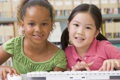 Enfants de jardin d'enfants à l'aide de l'ordinateur Photos libres de droits