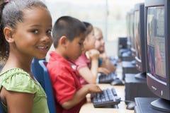 Enfants de jardin d'enfants apprenant à utiliser des ordinateurs. Photos stock