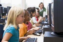 Enfants de jardin d'enfants apprenant à utiliser des ordinateurs Image libre de droits