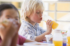 Enfants de jardin d'enfants mangeant le déjeuner Photographie stock libre de droits
