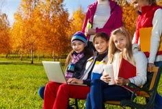 Enfants de l'adolescence en parc après école Images libres de droits
