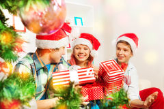 Enfants de l'adolescence mignons tenant des cadeaux de Noël Images stock