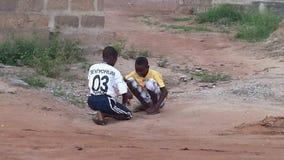 Enfants de l'Afrique jouant sous le soleil photo stock