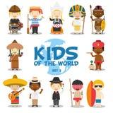 Enfants de l'illustration du monde : Les nationalités ont placé 3 L'ensemble de 12 caractères s'est habillé dans différents costu Image libre de droits
