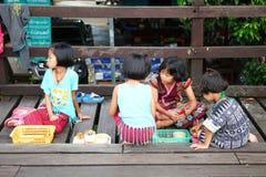 Enfants de lundi sur le pont en bois Images libres de droits