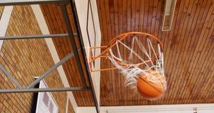 Enfants de lycée jouant le basket-ball clips vidéos