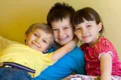 Enfants de mêmes parents à la maison, étreindre de garçons Photographie stock libre de droits