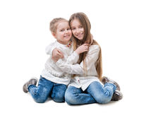 Enfants de mêmes parents étreindre, d'isolement sur le fond blanc Photo stock