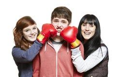 Enfants de mêmes parents adolescents combattant avec des gants de boxe Photo libre de droits