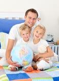Enfants de mêmes parents adorables et leur père Photos libres de droits