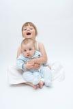 Enfants de mêmes parents affectueux photographie stock libre de droits