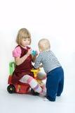 Enfants de mêmes parents affectueux Image stock