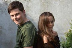 Enfants de mêmes parents amicaux, chacun des deux avec beaucoup de taches de rousseur Image stock