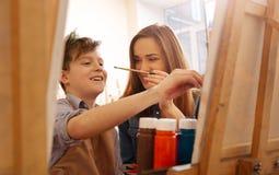 Enfants de mêmes parents amusés ayant l'amusement à la maison Image libre de droits