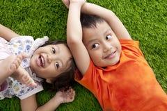 Enfants de mêmes parents asiatiques heureux mignons Images libres de droits