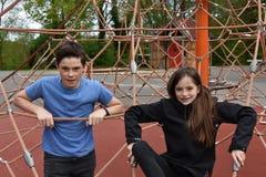 Enfants de mêmes parents au terrain de jeu image libre de droits