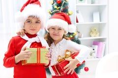 Enfants de mêmes parents avec des présents Images libres de droits
